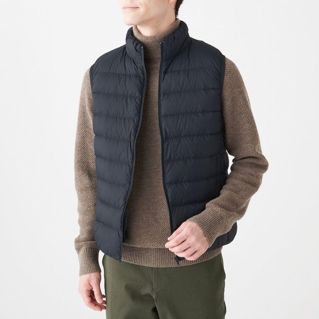 無印良品男輕量澳洲羽絨可攜式有領背心,售價1,590元。圖/無印良品提供