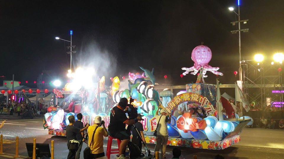 昨晚謝姓宗親會的香水花車出現,噴明星花露水,讓基隆人好懷念。圖/基隆市文化局提供