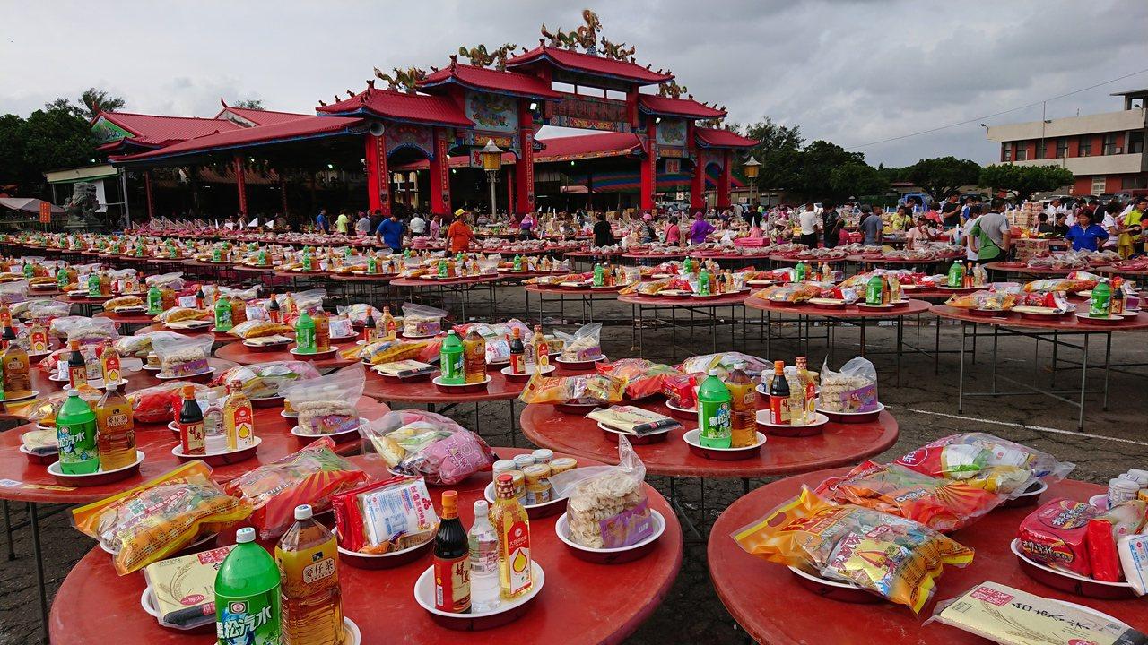 東石港口宮今天中元普度,廟前擺滿千餘桌祭品。記者卜敏正/攝影