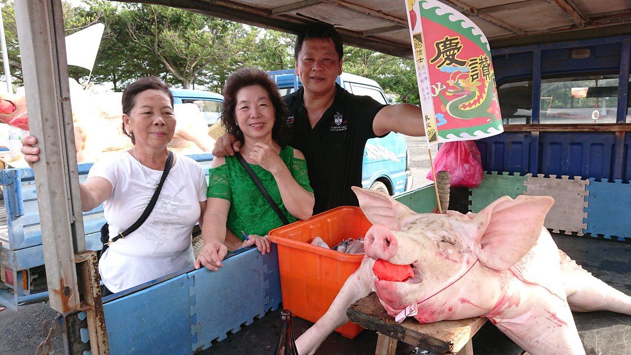 張姓信徒認為,自買豬雖然比較貴,但這就是誠意。記者卜敏正/攝影