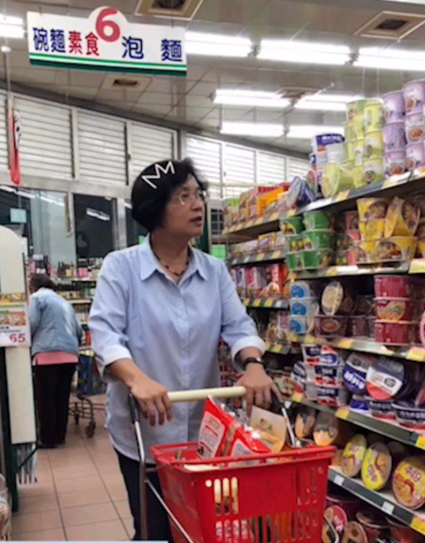 彰化縣長王惠美臉書粉絲專頁PO上她上超市,推著推車採買中元普度的拜拜用品。翻拍王...