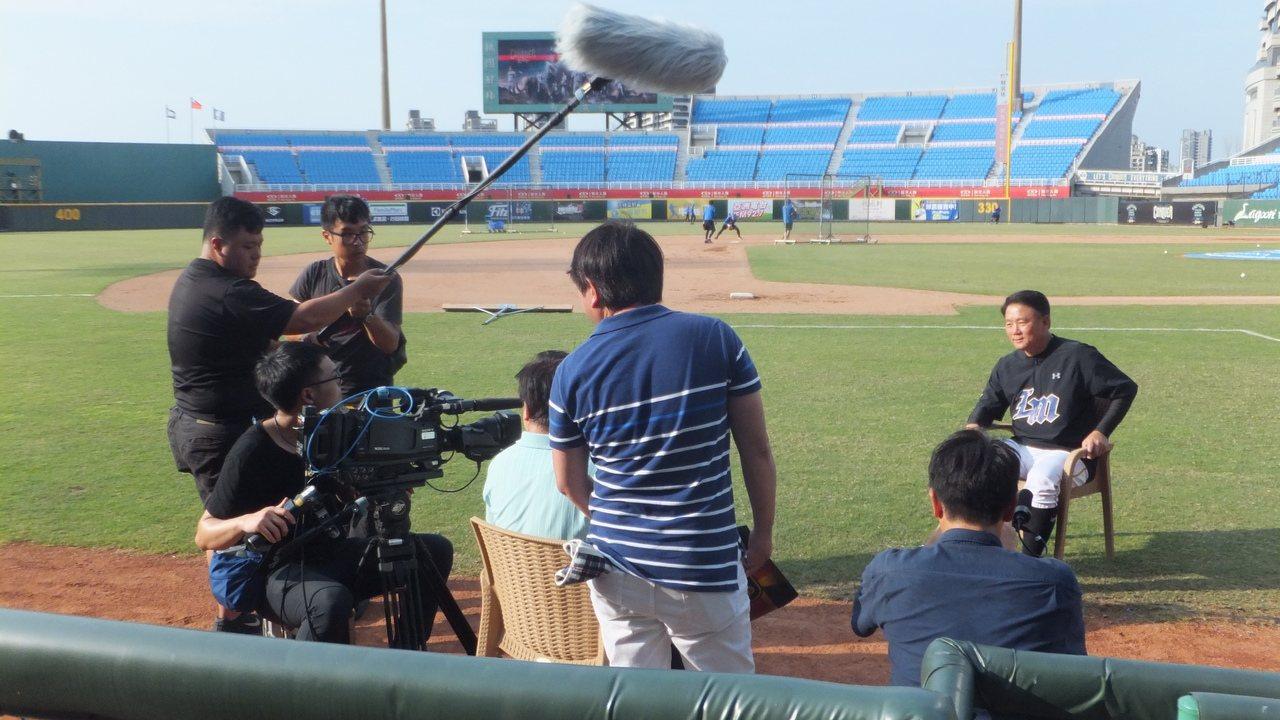 日本TBS電視台專訪洪一中,了解中華隊備戰世界12強賽現況。 記者藍宗標/攝影