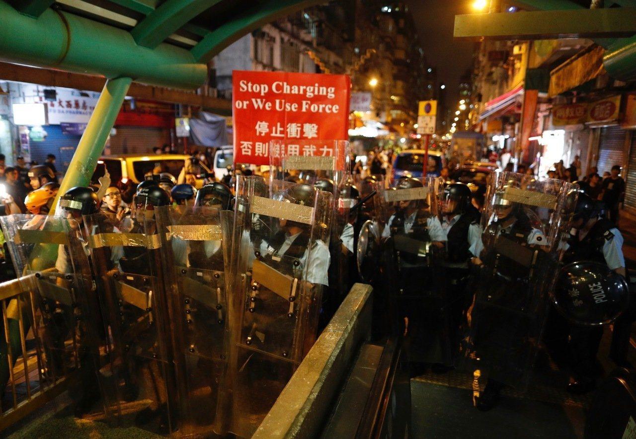 在內外交困下,香港財政司長陳茂波預估,今年全年香港經濟恐出現零增長。(美聯社)