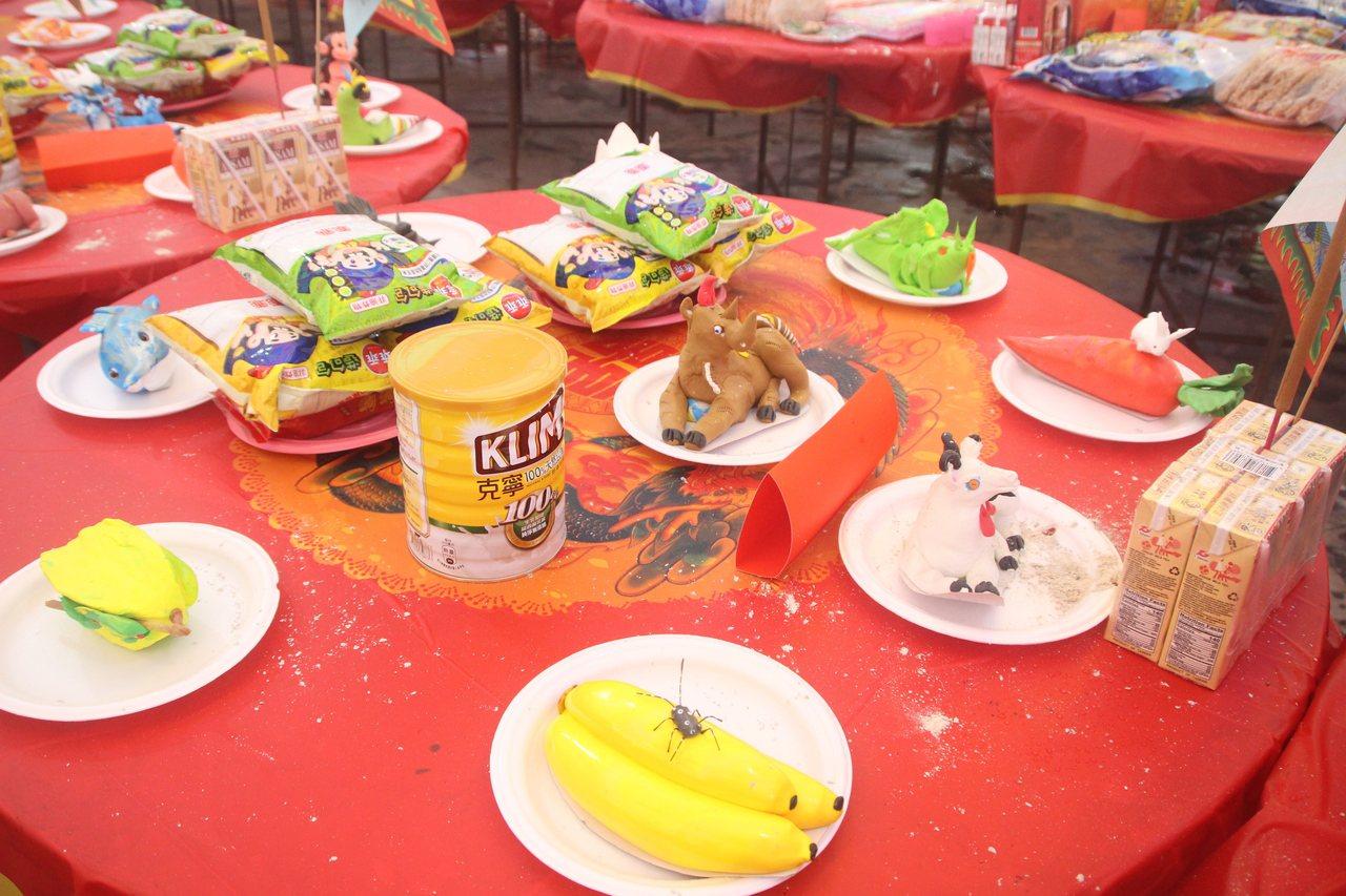 天人宮今天中元普度,「囝仔桌」備有奶粉、乖乖和麵粉做成的玩具。記者林敬家/攝影