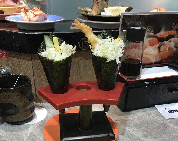 「中與志迴轉壽司」台北SOGO復興店,即日起至8/25前點原價100元的炸蝦手捲...