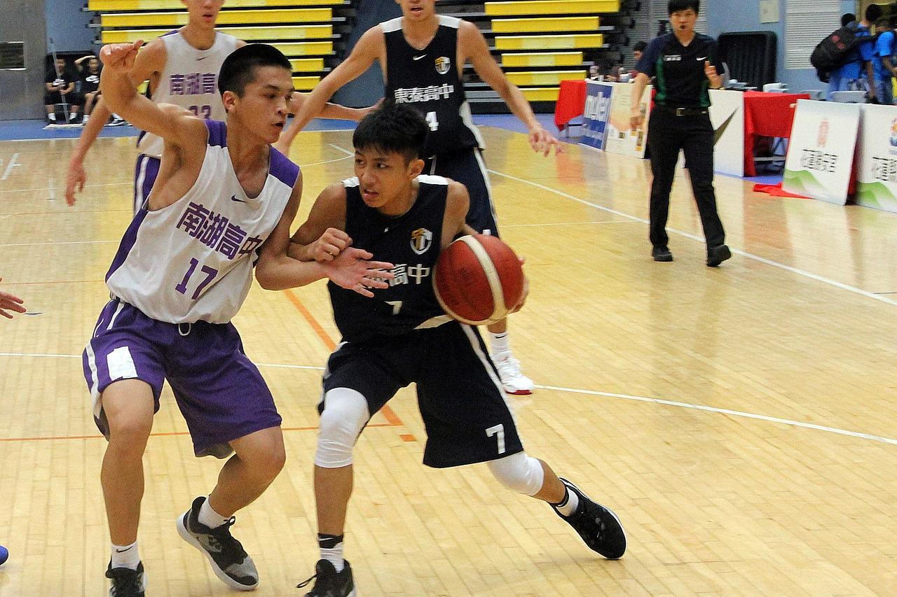 東泰高中廖慈恩(右)嘗試切入突破。記者林宋以情/攝影