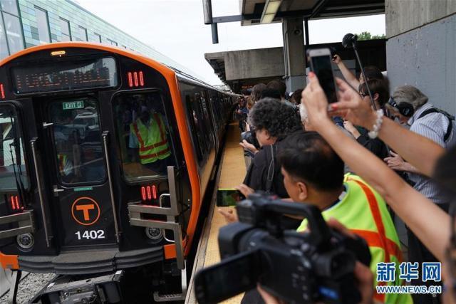 中國中車在美國麻州生產的首批六節新型地鐵列車,14日在波士頓正式上路運營。(新華...