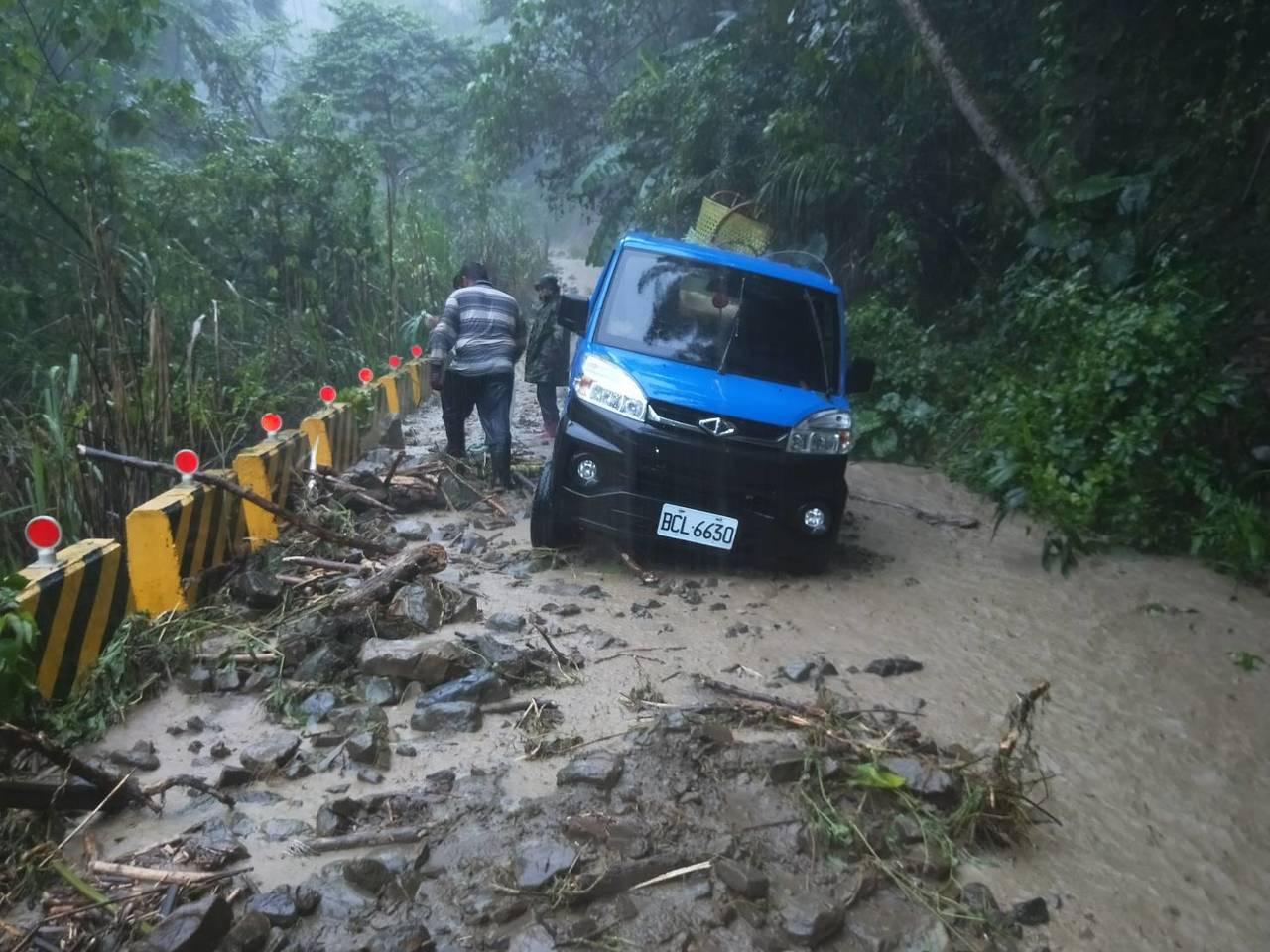 那瑪夏區雨勢盛大,一輛小貨車受困在產業道路上。記者徐白櫻/翻攝