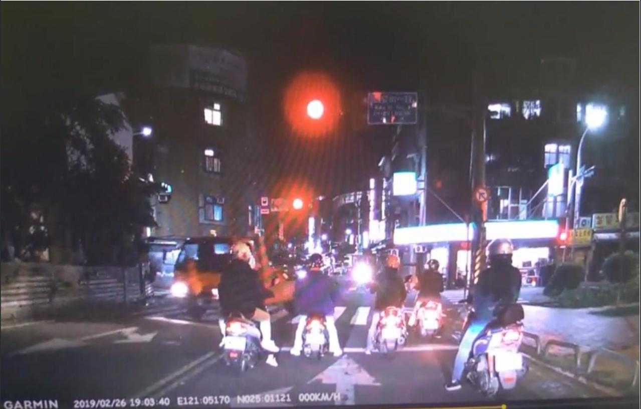 北市交通局呼籲,夜間路口易發生重大交通意外,民眾務必留意自身交通安全。圖/北市交...