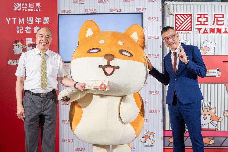 亞尼克YTM進駐北捷慶週年,亞尼克董事長吳宗恩(右)與台北大眾捷運股份有限公司總...