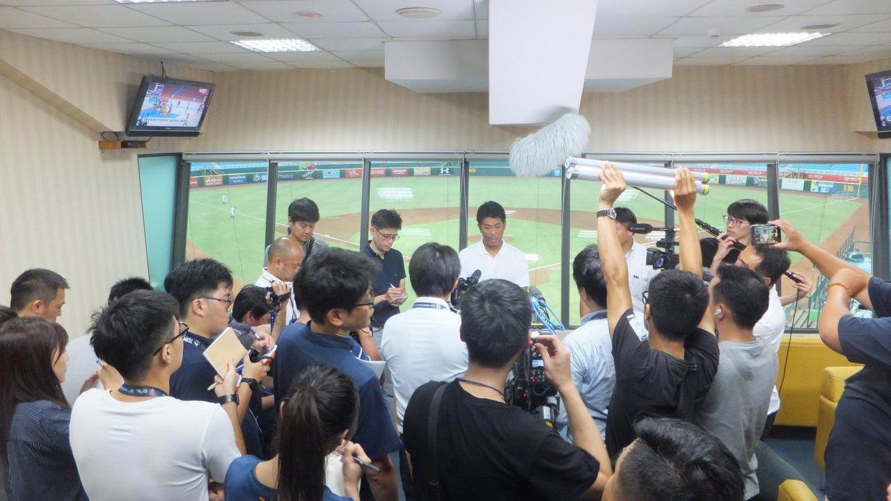 日本隊總教練稻葉篤紀被台、日媒體包圍,暢談備戰世界12強賽心得。記者藍宗標/攝影