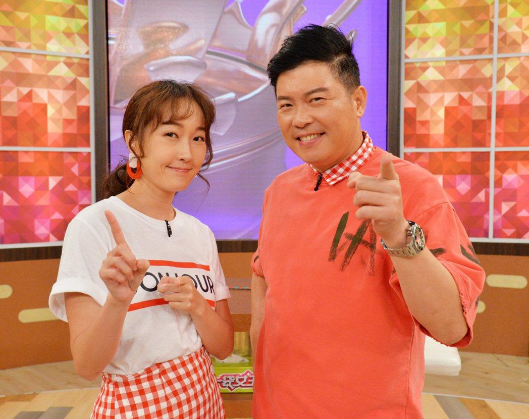 巴鈺(左)和曾國城搭檔主持「一袋女王」。圖/衛視提供