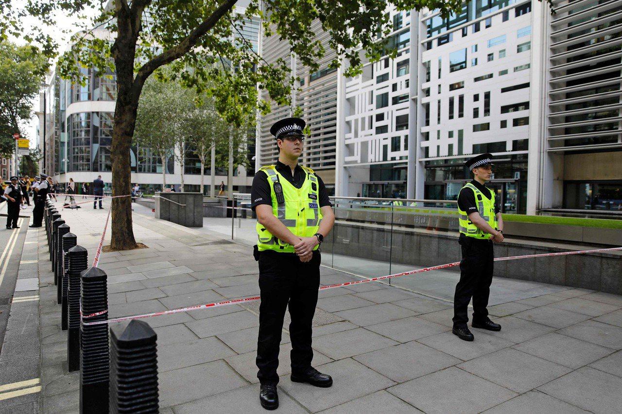 英國警方15日封鎖發生持刀傷人案的倫敦內政部大樓。法新社