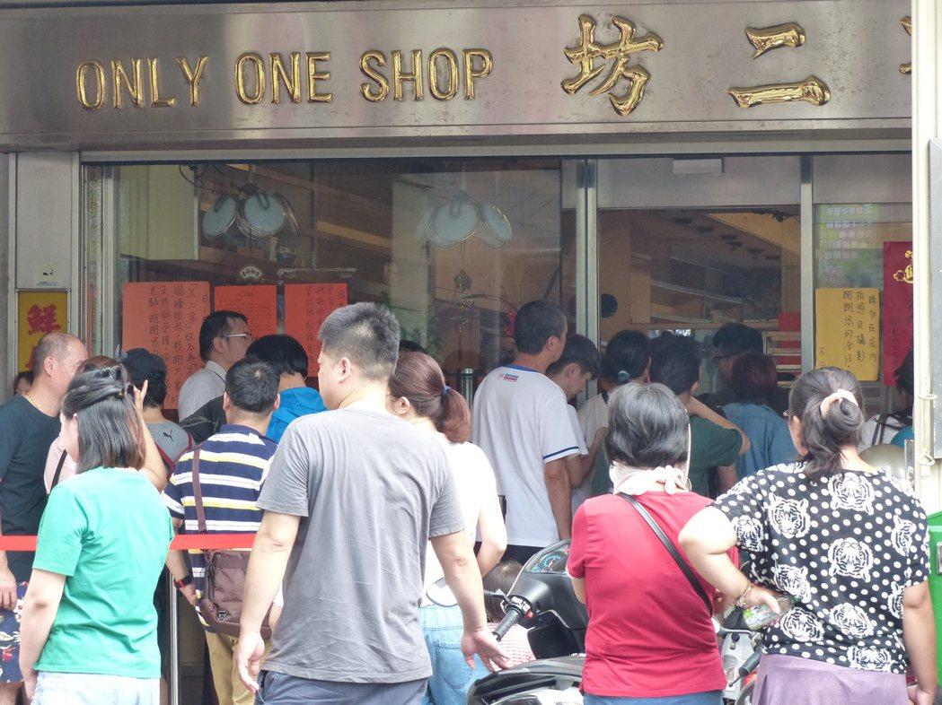 才中元節,距中秋節還有一個月,彰化市人氣店不二坊蛋黃酥,排隊購買的人潮已大排長龍...