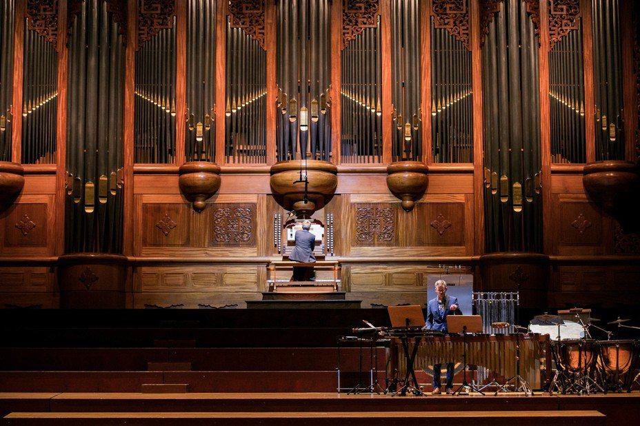 英國管風琴明星-克萊.卓斯克爾-史密斯 (Clive Driskill-Smith )以及打擊樂名家約瑟夫.葛萊利,為台灣觀眾帶來「顫慄夜曲」。圖/兩廳院提供