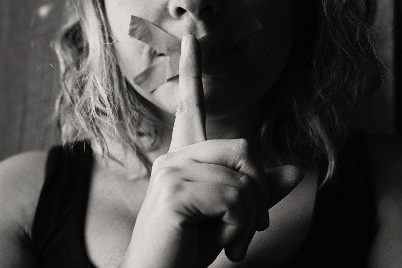 別把別人的信任,透過自己的嘴巴吐出。圖/摘自 pexels