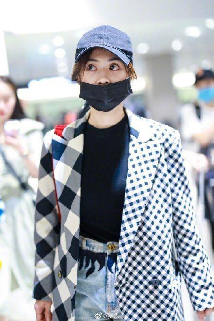 蔡依林在機場穿著PortsPURE黑白格紋拼接西裝外套,售價22,800元。圖/...