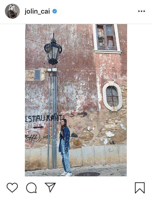 蔡依林日前到西班牙旅遊,選穿PortsPURE水洗雙色拼接牛仔褲,售價12,08...