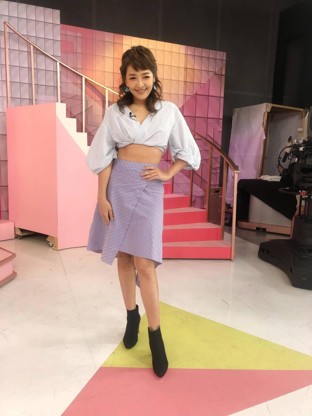 路嘉怡穿著PortsPURE短版條紋上衣,小露性感蠻腰。圖/取自臉書