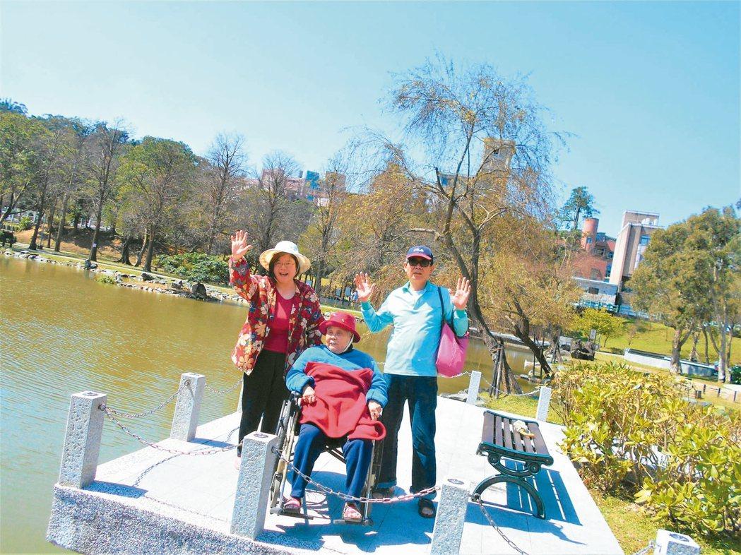 沈梅離職照顧失智媽媽,經常和先生帶著媽媽出遊(圖)。 圖/沈梅提供