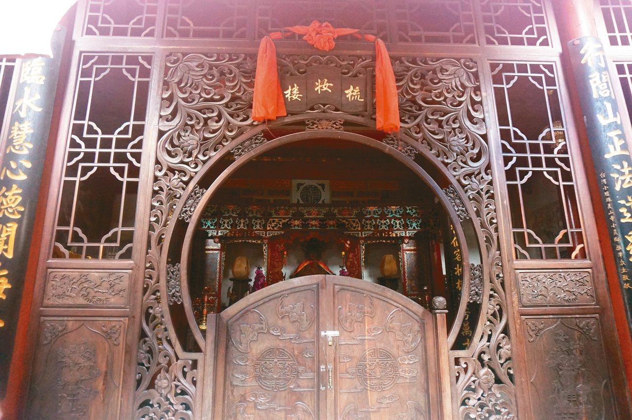 祖廟的梳妝樓,高雄草衙臨水宮住持張宏圖家族捐建。 記者胡明揚/攝影