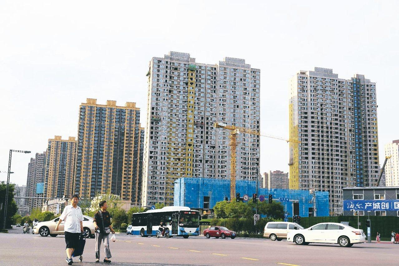 中國大陸大中城市新房價格繼續降溫。圖為興建中的山西太原市大樓。 中新社資料照