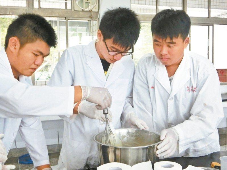 高中新課綱自然科學領域將「探究與實作」納入必修,更重視實驗,未來大考也會出相關題目。 圖/聯合報系資料照片