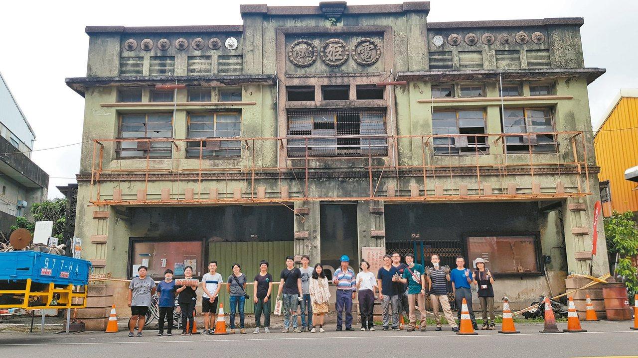 台南麻豆電姬戲院已有80年歷史,年久失修日益殘破,國立台南藝術大學搶救老放映機及...