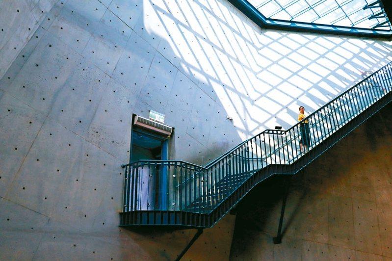 新北市十三行博物館內漂浮在半空的樓梯,參觀民眾必定停下腳步取景拍攝。 圖/聯合報系資料照片