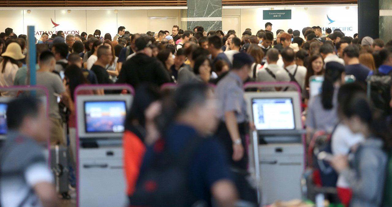 外交部開放護照外文姓名可用閩南、客家等方言音譯,旅行業者卻批評自找麻煩。 圖/聯...