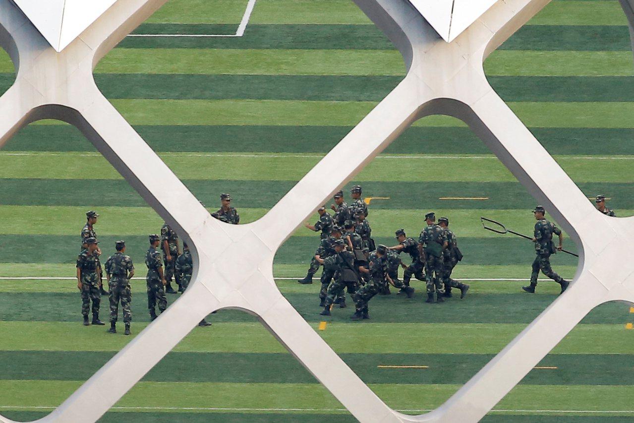 中國大陸武警在深圳灣體育中心集結進行演練。 (路透)