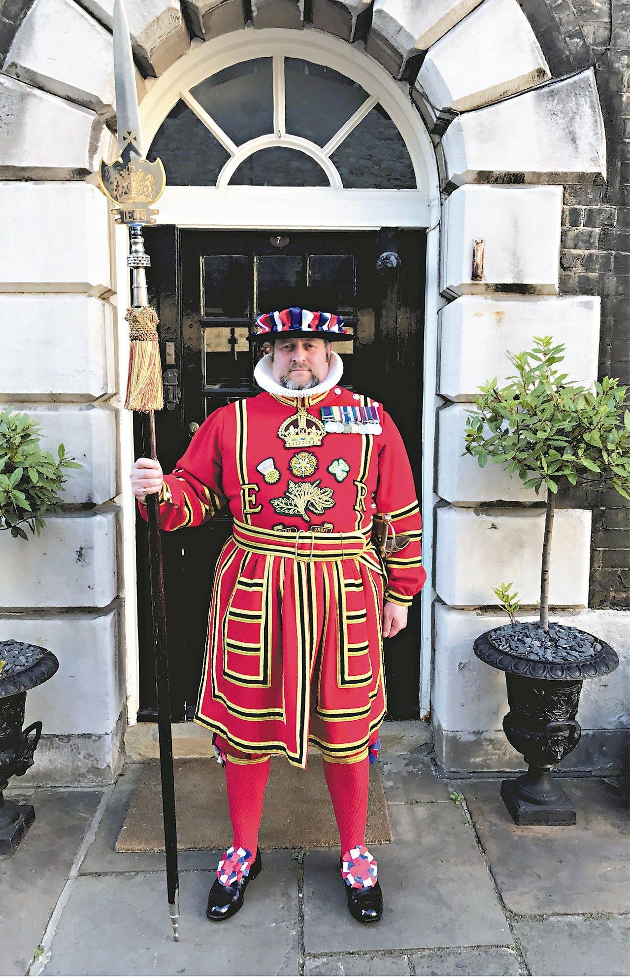 女王陛下的宮殿與城堡──倫敦塔的皇家近衛軍儀仗衛士,與君主的英國皇家衛隊衛士,克...