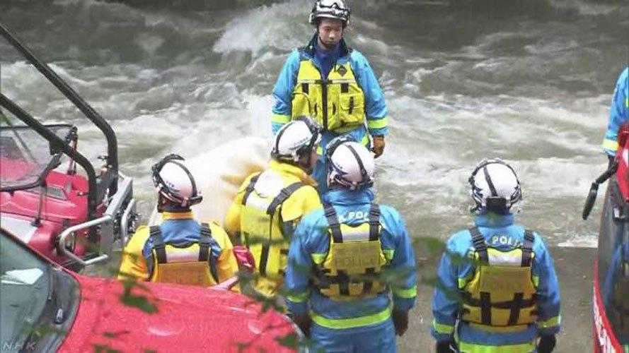 日本大分縣14日發生18人受困溪水事件,所幸15日上午全數獲救,圖為警消救援狀況...