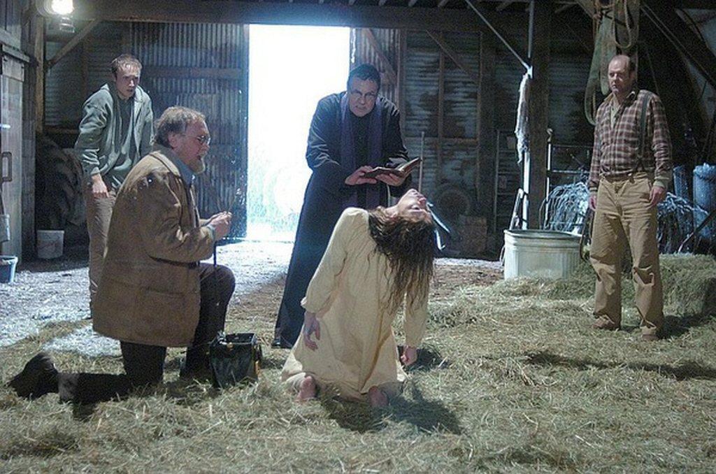 「驅魔」女主角堅信自己遭惡魔附身,決定請神父替她驅魔儀式。(取材自豆瓣電影)