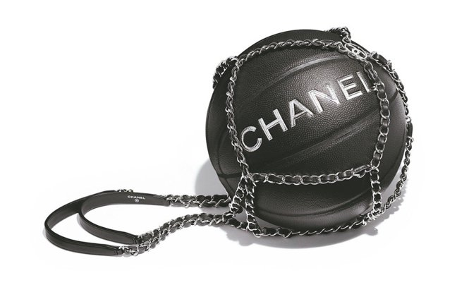 香奈兒籃球,售約73,100元。 圖/取自IG