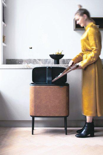 ●BO家具化的環保桶,有尊爵黑皮革版與經典皮革版,全球限量500個,售價39,0...
