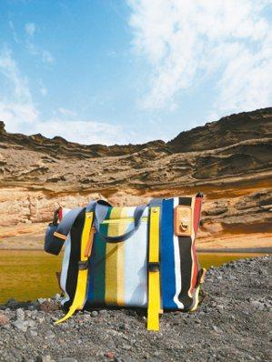 EYE/LOEWE/NATURE系列彩色條紋肩背提包,42,000元。 圖/LO...