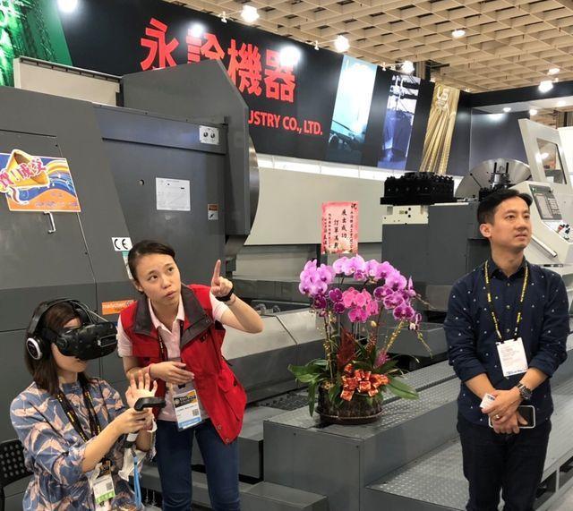 工具機導入AR/VR技術讓民眾現場體驗模擬。 工業局/提供