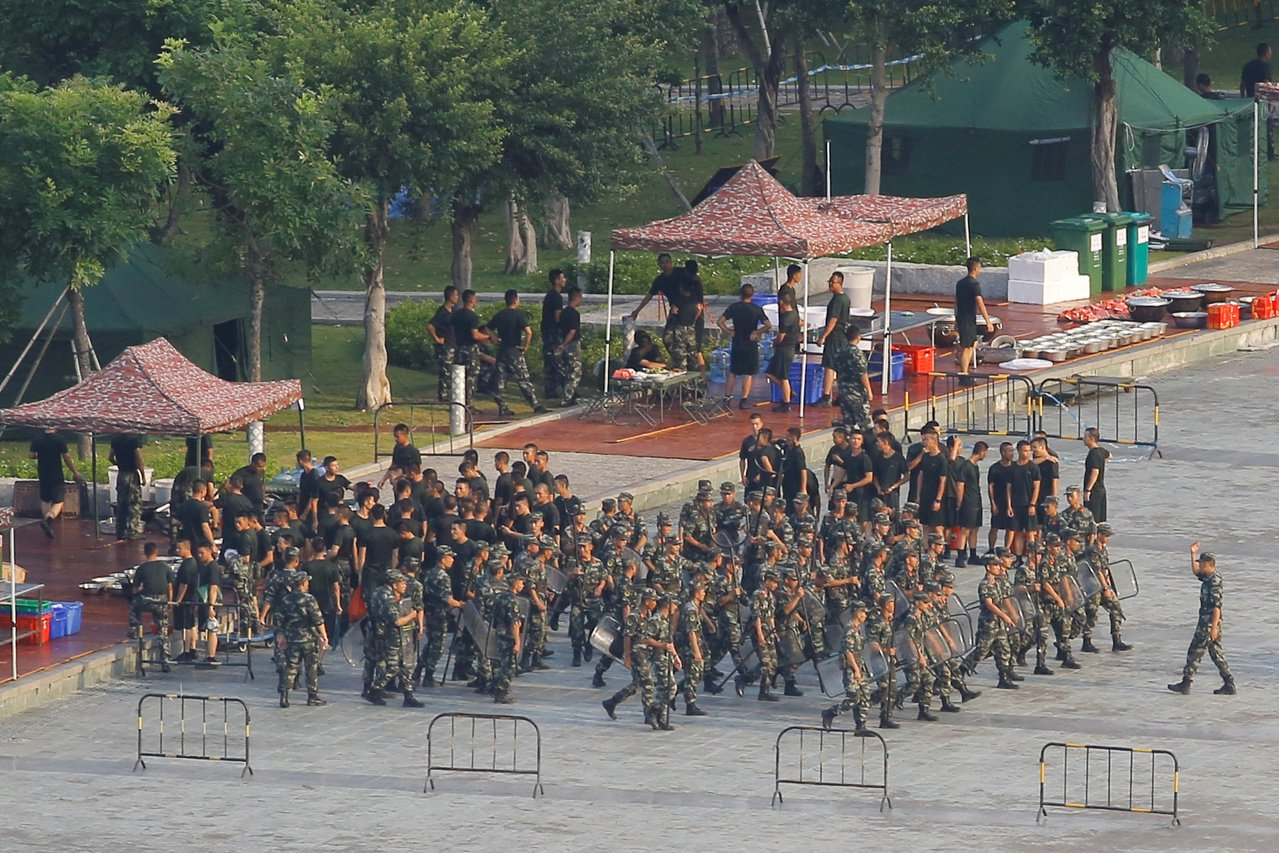 中國調集武警鄰近香港的深圳灣體育中心進行演練。 路透社