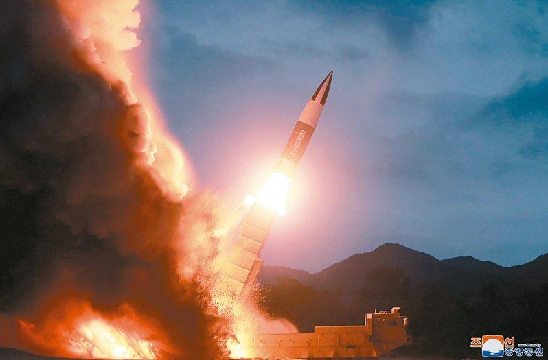 北韓29日又向日本海發射兩枚不明飛行物。圖為北韓提供8月10日自東部海岸發射短程彈道飛彈的照片。 美聯社資料照片
