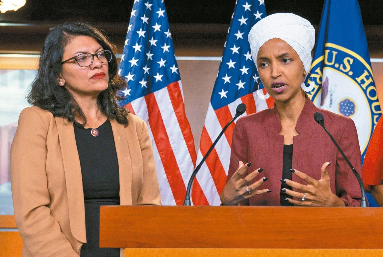 以色列拒絕讓美國穆斯林國會眾議員歐瑪(右)和特萊布(左)入境參訪約旦河西岸。 美...