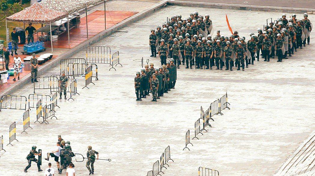 大陸武警今天在深圳灣春繭體育館進行防暴演練。 路透