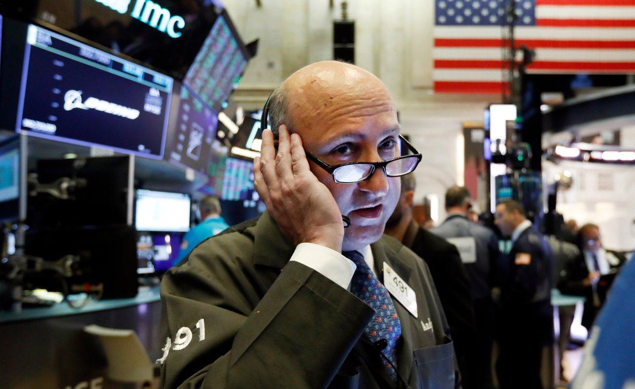 零售銷售數據優異,讓投資人減低經濟衰退疑慮,美股走升。 美聯社