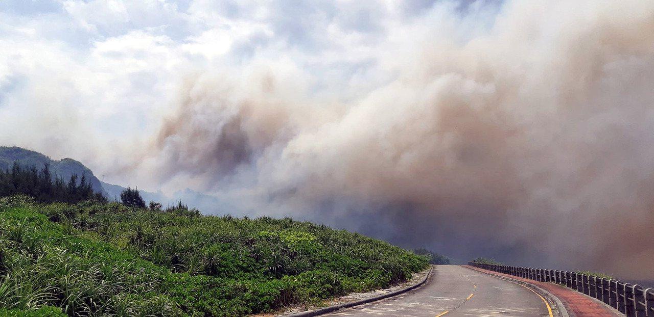 台東綠島15日中午發生林地火警,位於公館村旁的防風林不明原因起火,火勢猛烈、濃煙...