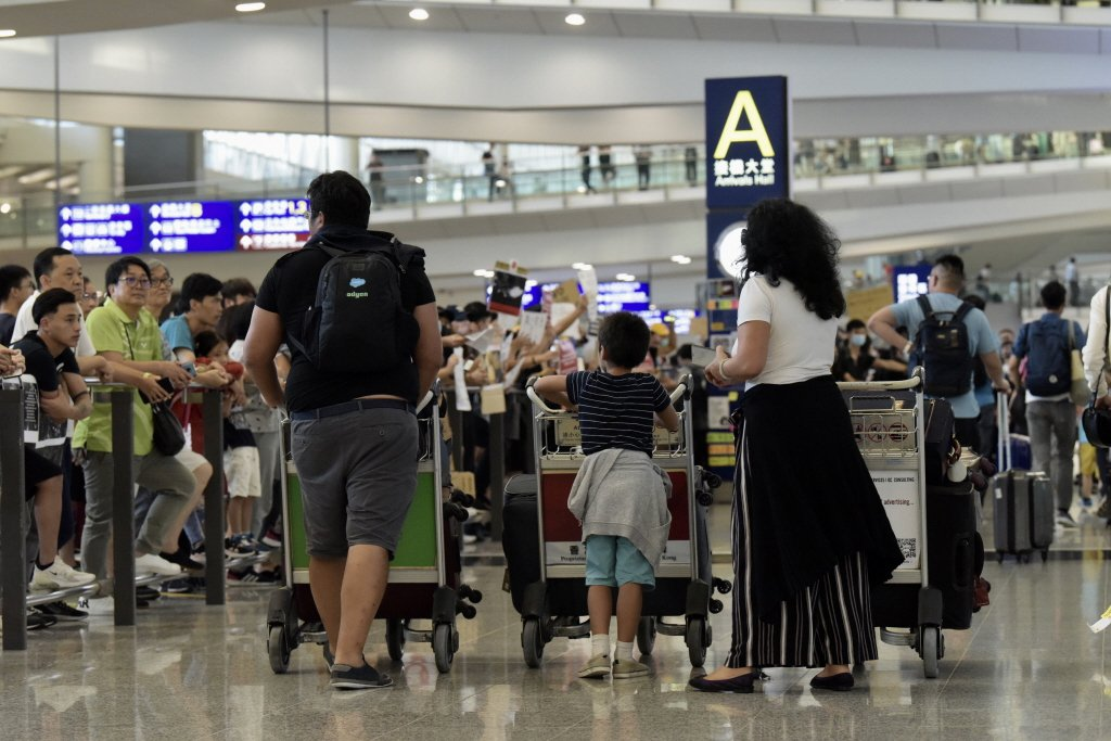 香港國際機場受示威活動影響兩度癱瘓,產險業者提醒,民眾記得檢視是否有投保旅平險或...