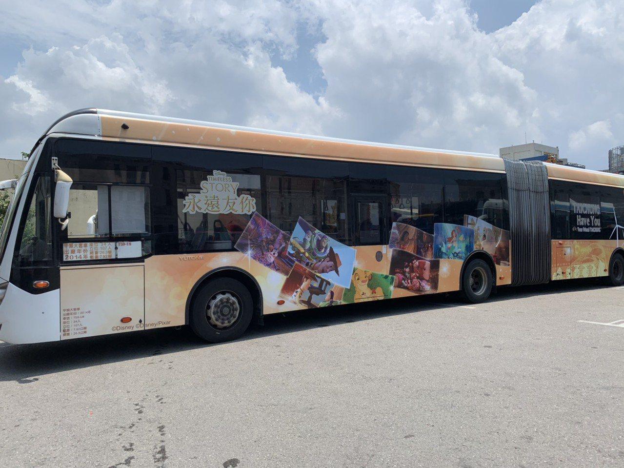 台中市與迪士尼公司跨界合作,打造全國唯一迪士尼彩繪雙節公車,即日起至年底都可以看...