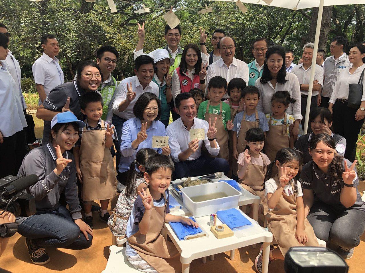 總統蔡英文(2排左3)16日走訪新竹市,上午先由新竹市長林智堅(2排左4)陪同,...