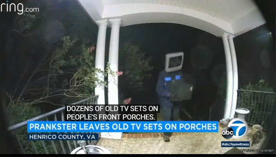 電視人把電視送到家門前,然後就這樣離開。圖擷自Youtube