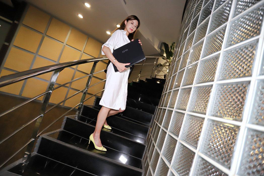 女性拿著AERO 15 OLED也能散發出自信感。 彭子豪/攝影