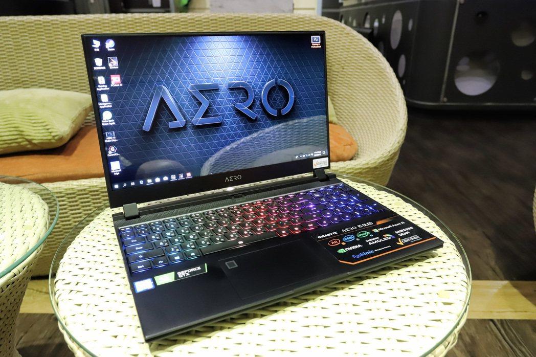 15.6吋三星窄邊框4K UHD AMOLED螢幕讓筆電打開時即能享受到極舒適的...